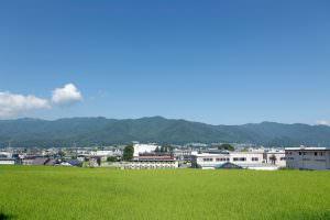 工場の周りはのどかな田園風景が広がっています。