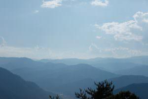 高台から眺める辰野町の美しい山並み。