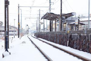 宮木駅で雪たちが静かに電車を待っています。
